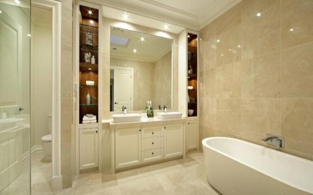 baño revestido con mármol crema