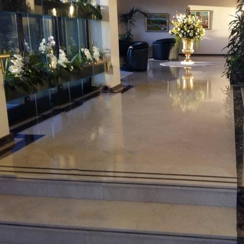 suelo de crema marfil en un hotel
