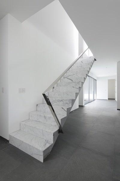 escaleras de mármol blanco