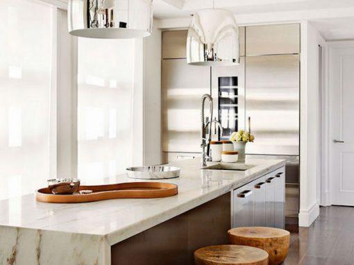 cocina con encimera de mármol blanco
