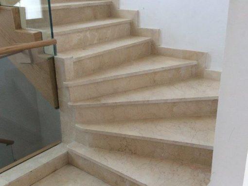 Escalera de mármol crema marfil