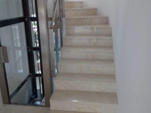 escalera de mármol crema