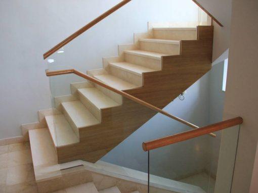 Escalera recta de mármol