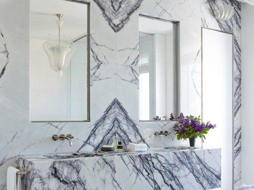 baño revestido con mármol blanco lilac