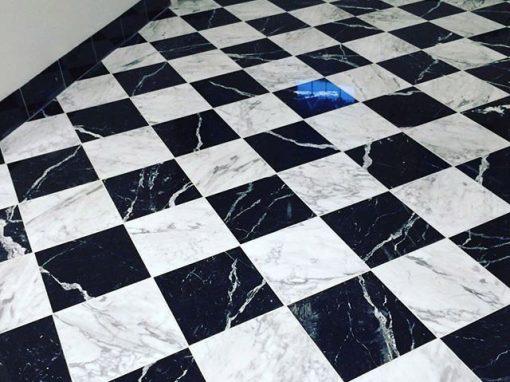 suelo de mármol blanco y negro