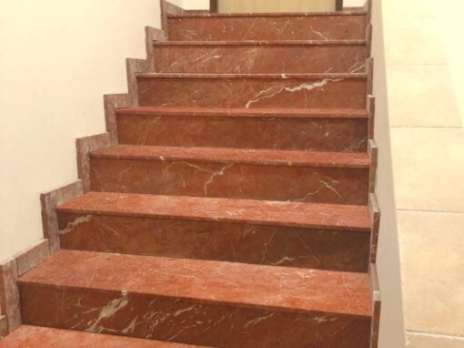 Escaleras de mármol rojo alicante