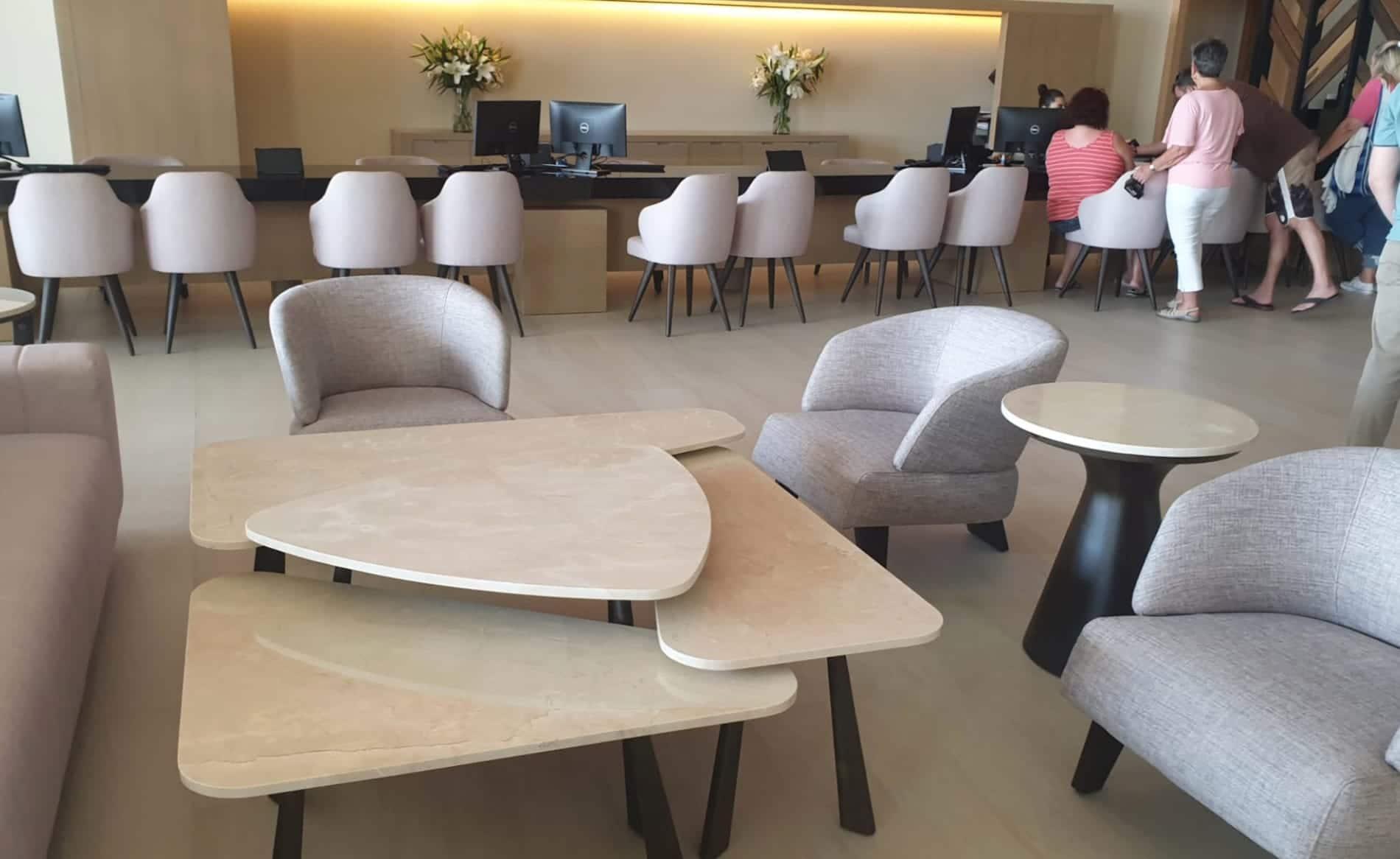 mobiliario de mármol crema marfil del hotel barceló