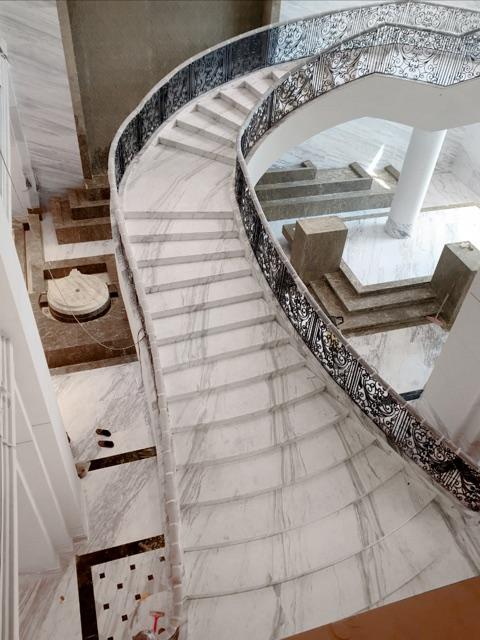 escalera de mármol blanco