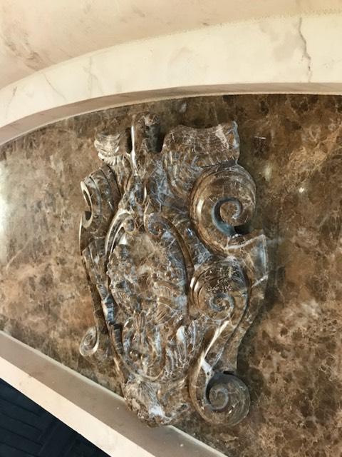 escudo de mármol marrón